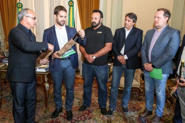 Ibraoliva entrega convite da 8ª Abertura Oficial da Colheita ao Governador Eduardo Leite